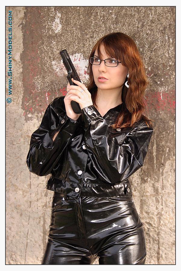 Nov 21, 2005 Bigbitak (www.shinymodels.com) Shiny Lucy and gun 01