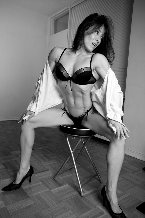 Susans Home Gym Mar 22, 2007 serious curves Training/Bernard Clark Photography Distracted