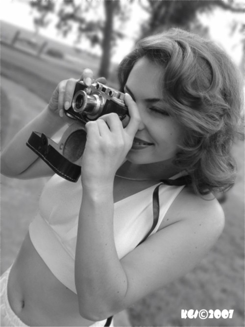 a perfect place...... Jun 28, 2007 Tom Eitnier/KoolGirlieStuff Copyright 2007 all rights reserved Girl With a Leica (Part One) Model: Giana Bella - The beautiful Giana Bella with a very rare black case Half Race 1946 Leica IIIC in this study in black and white with the wonderful Bokeh courtesy of Carl Zeiss....