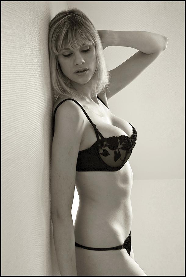 Paris, october 2007 Nov 01, 2007 Julian Humphries profil with black lingerie