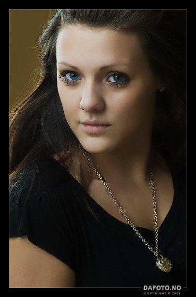 Female model photo shoot of MaikenLM by Dafoto