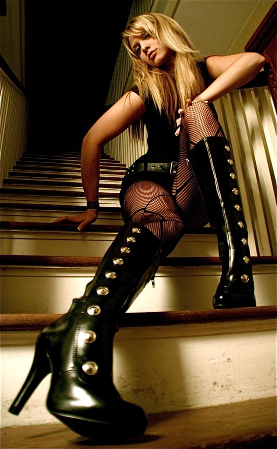 On da stairs Oct 15, 2008 sosdezign AlyBootz