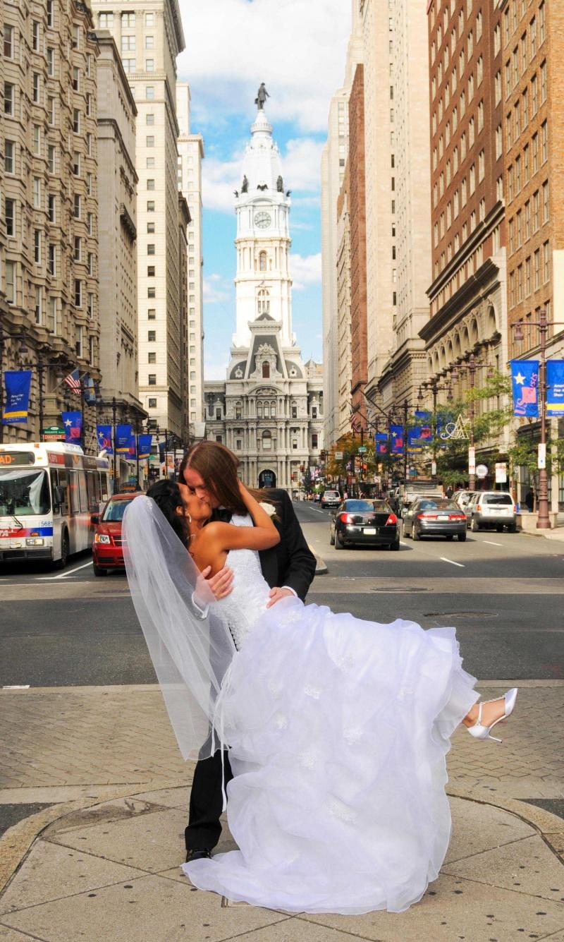 Philadelphia Oct 31, 2008 © Russ Ferrante A Kiss In The City