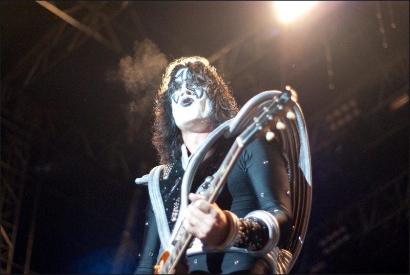 Rio De Janeiro 04-2009 Apr 17, 2009 Fully Licensed Material Any Unauthorized Use Will Be Procecuted To Full Extent of The Law KISS-Tommy Thayer
