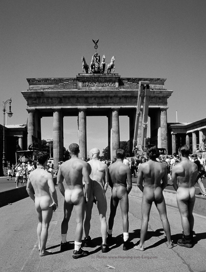 Public nude shoot in Downtown Berlin (http://www.MontrealMirror.com/2005/072105/diverscite4.html) Jan 01, 2010 © Henning-von-Berg.com BRANDENBURG GATE from the book ALPHA MALES
