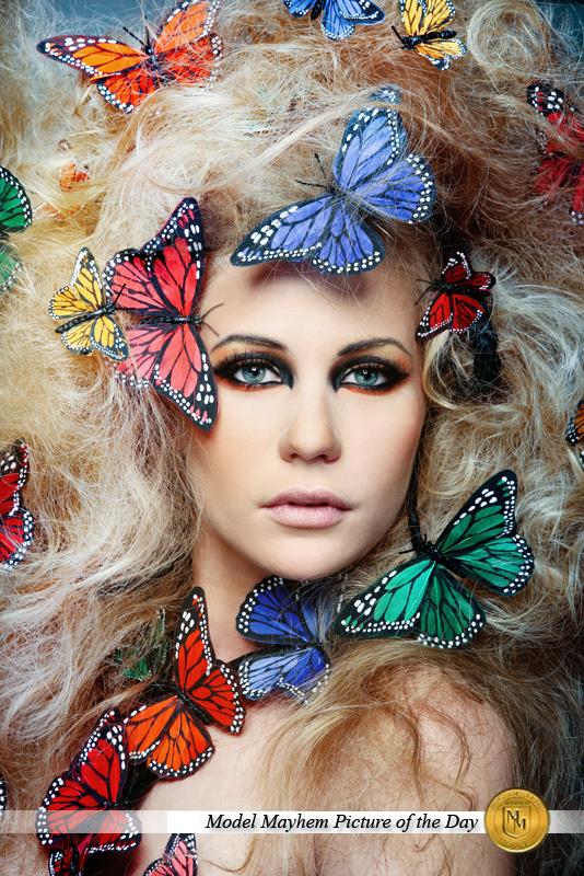 Прическа с бабочками в волосах