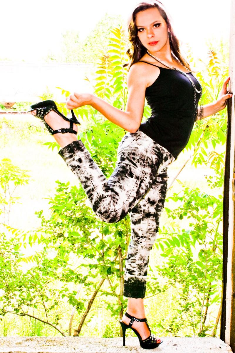 http://photos.modelmayhem.com/photos/100619/20/4c1d8e6cc1fc1.jpg