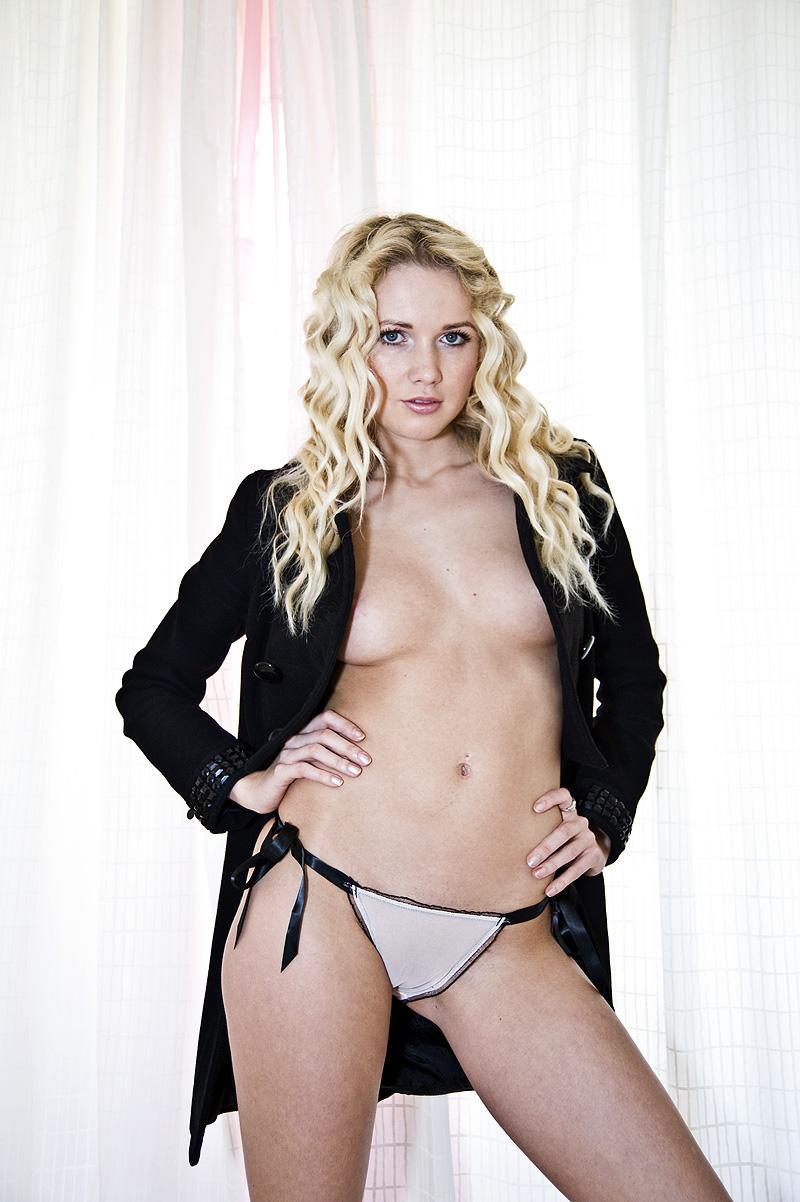 http://photos.modelmayhem.com/photos/101129/10/4cf3eef6f1dc0.jpg
