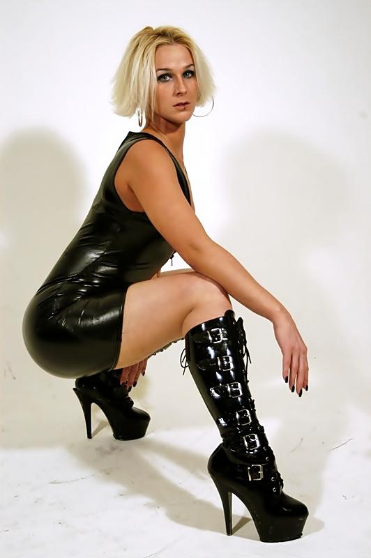 Female model photo shoot of Courtney Roxxx