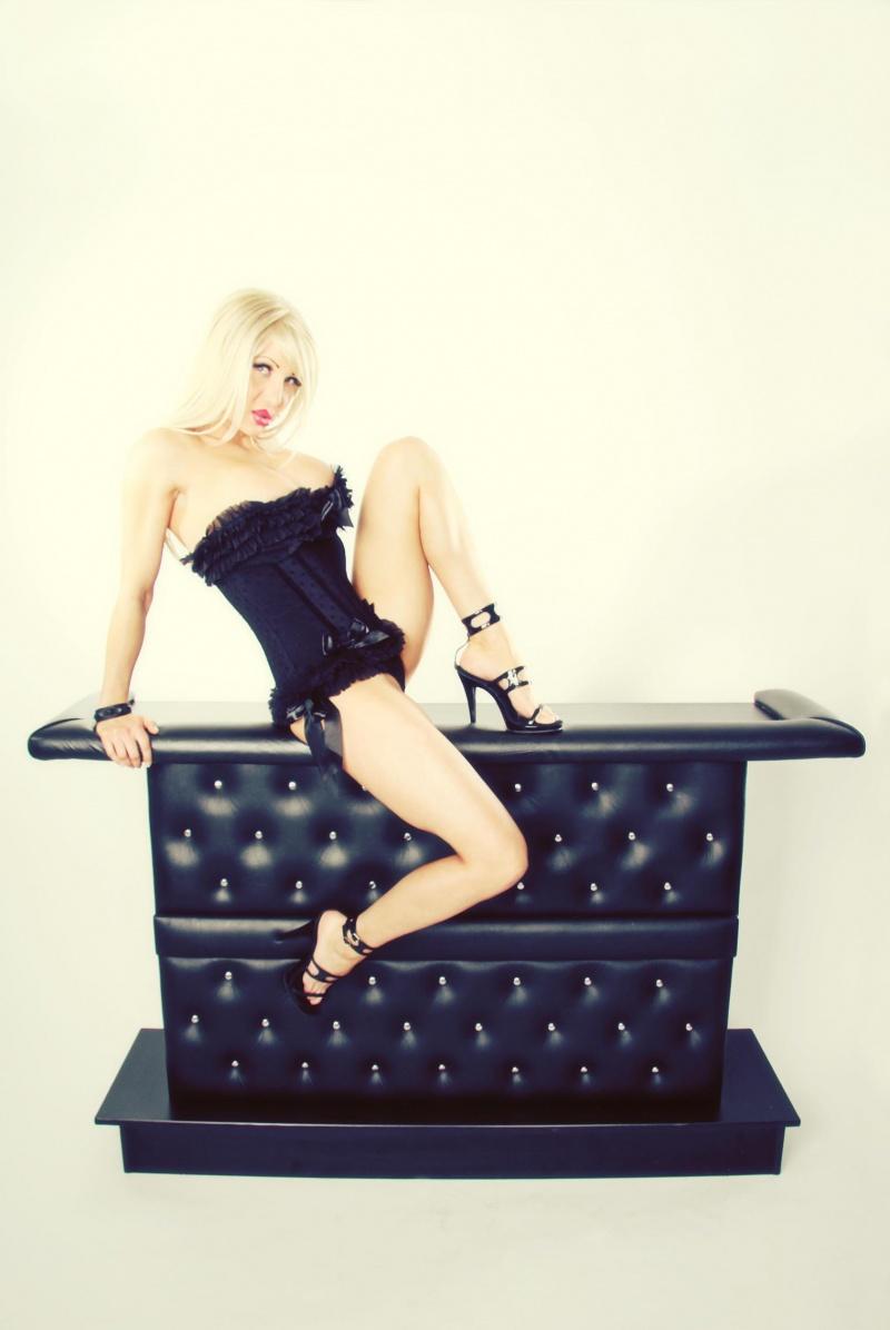 Female model photo shoot of Devonna Vain by The Digital Darkroom