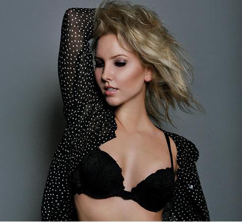 Female model photo shoot of Olyvia  by Maximilian Itoonz