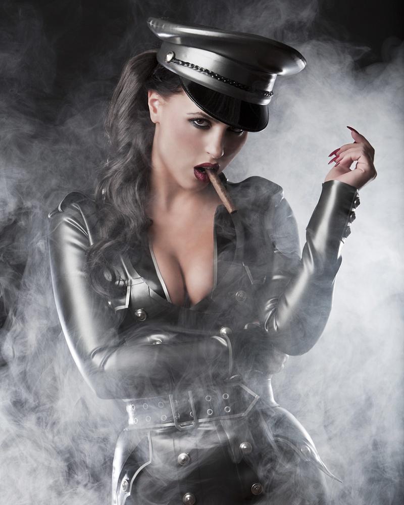 Sexy cigar woman — photo 1