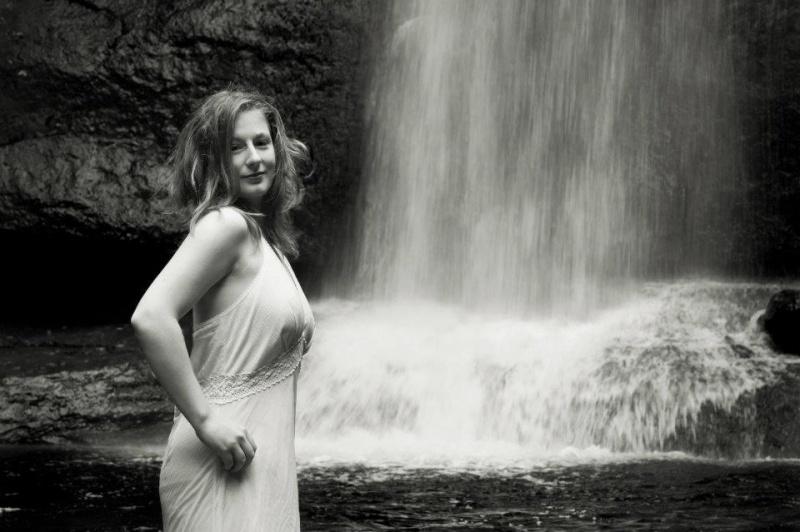 Female model photo shoot of bonnieblueeyes
