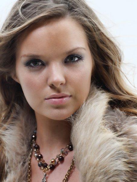 Female model photo shoot of Victoria Thomas