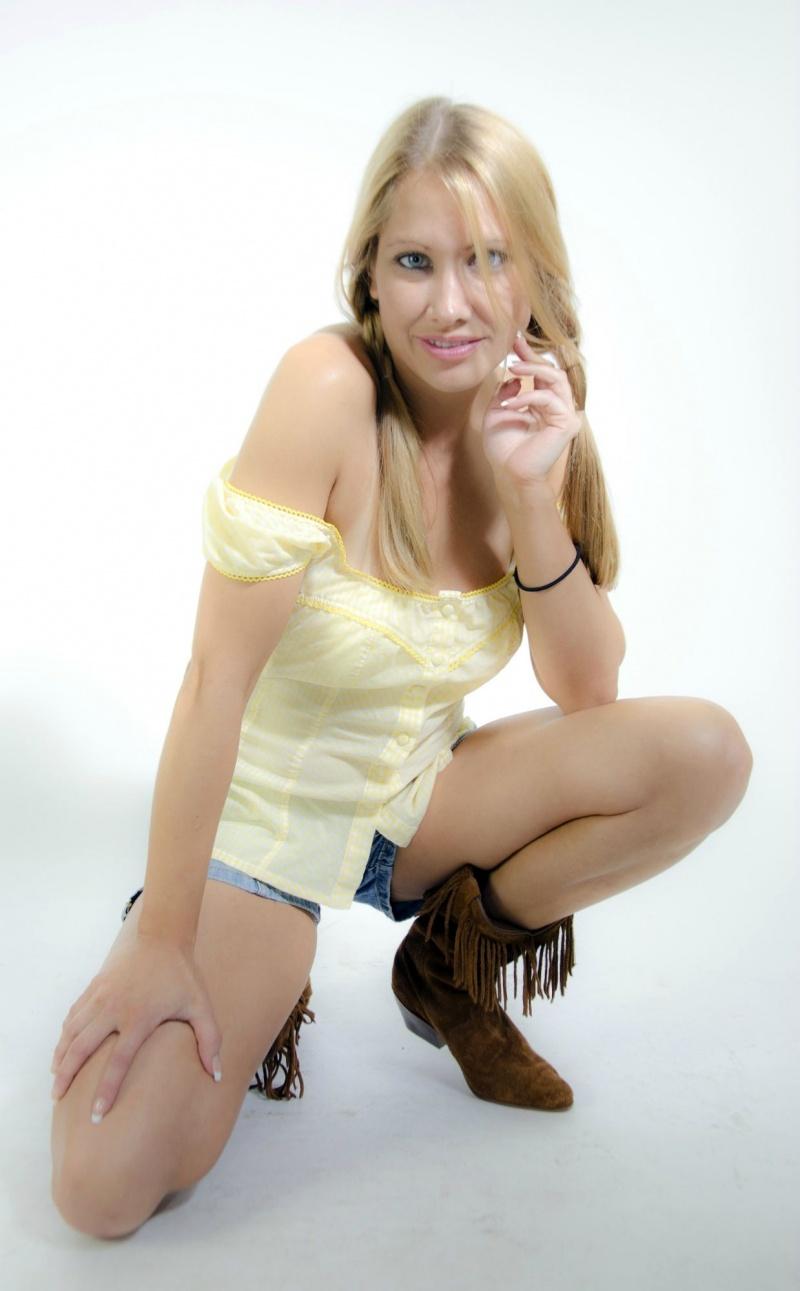 Female model photo shoot of AmberLeeW by Bella Model Co. in Syracuse, New York