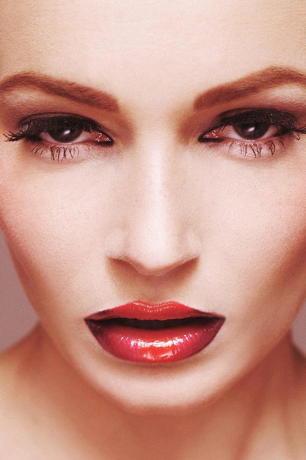 Female model photo shoot of Kyraaa in Micky Jooren Visagieschool