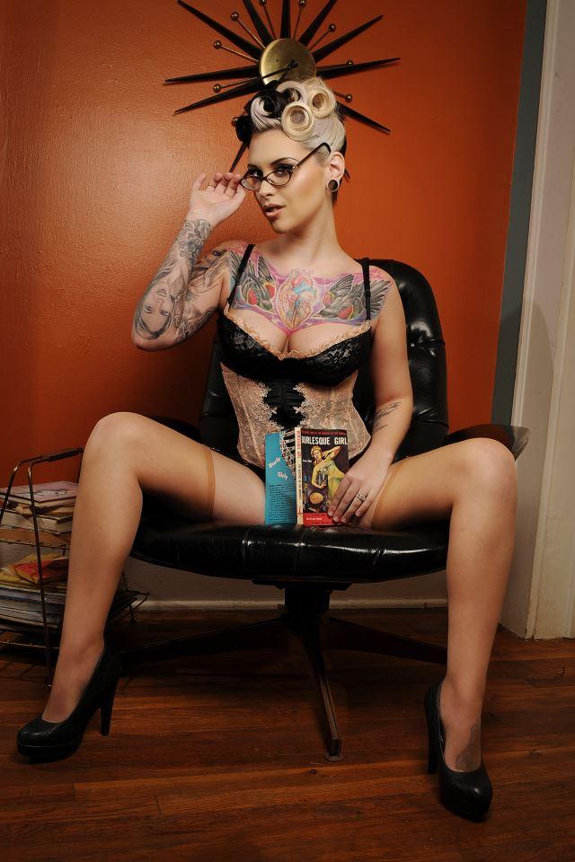 Female model photo shoot of Amanda Pocalypse