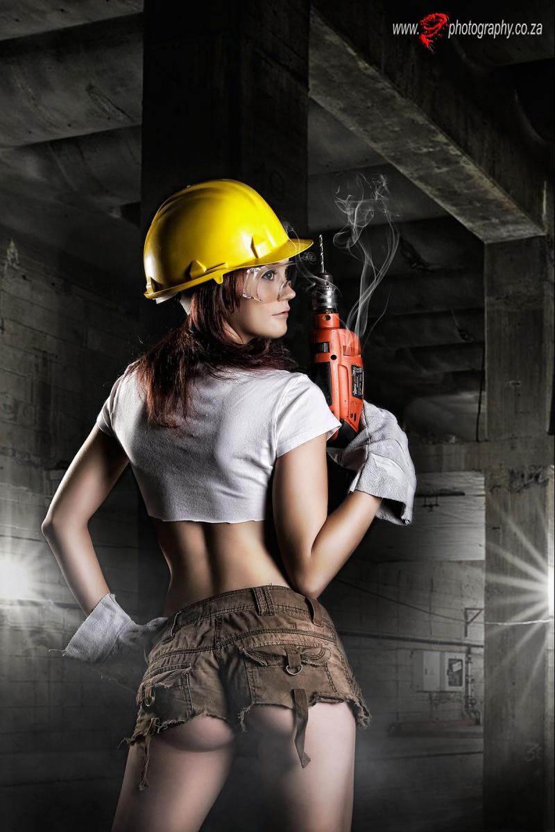 Фото девушки с инструментами работают на стройке, кудрявая телка ебется