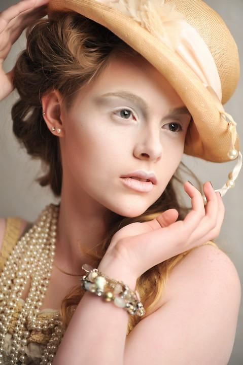 Female model photo shoot of Ali Convery Make up