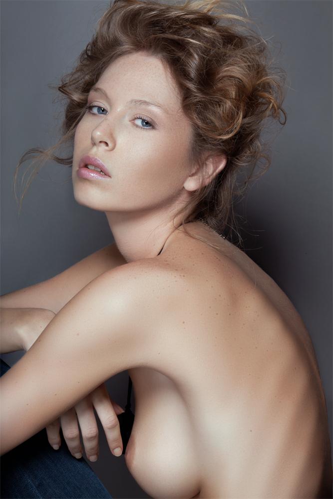 http://photos.modelmayhem.com/photos/130124/06/51014bef37fcf.jpg