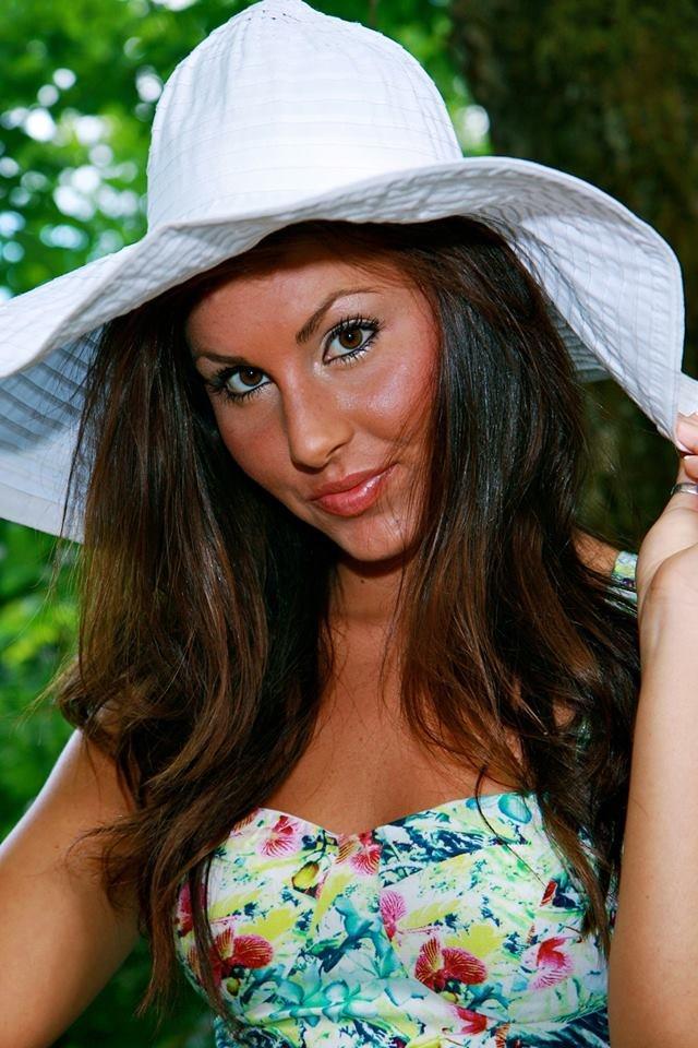 Female model photo shoot of Dixie D