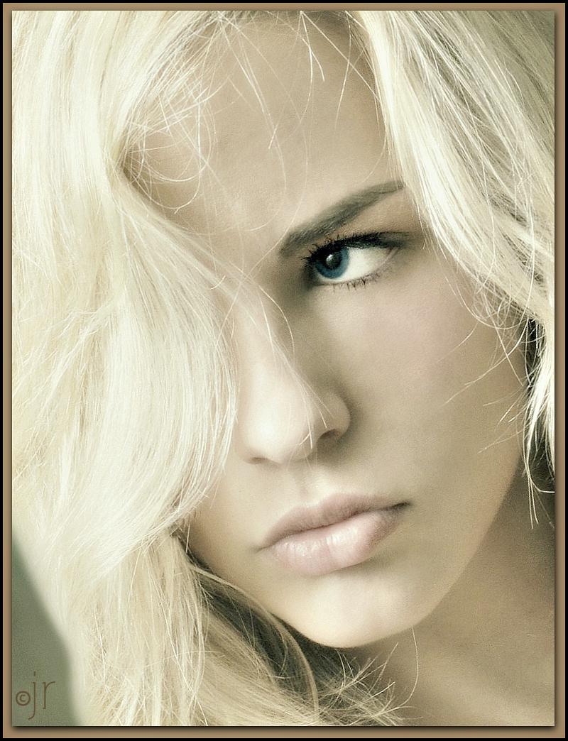 http://photos.modelmayhem.com/photos/140225/07/530cb6fb8dc57.jpg