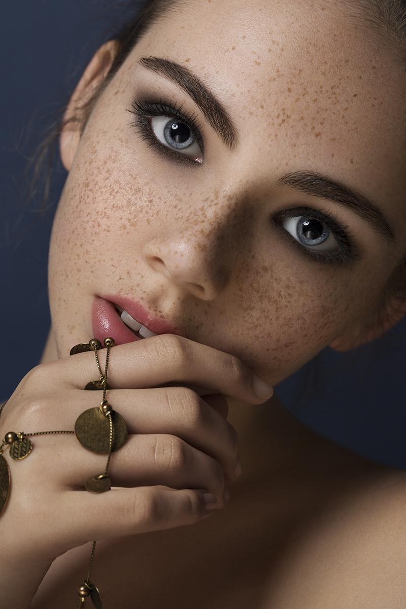 Female model photo shoot of Lulie Lens in Dubai