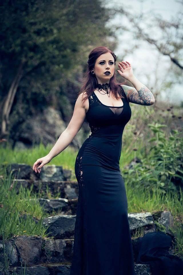 Rothaarige Schönheit Crystal Clark spielt mit Ihren engen Körper