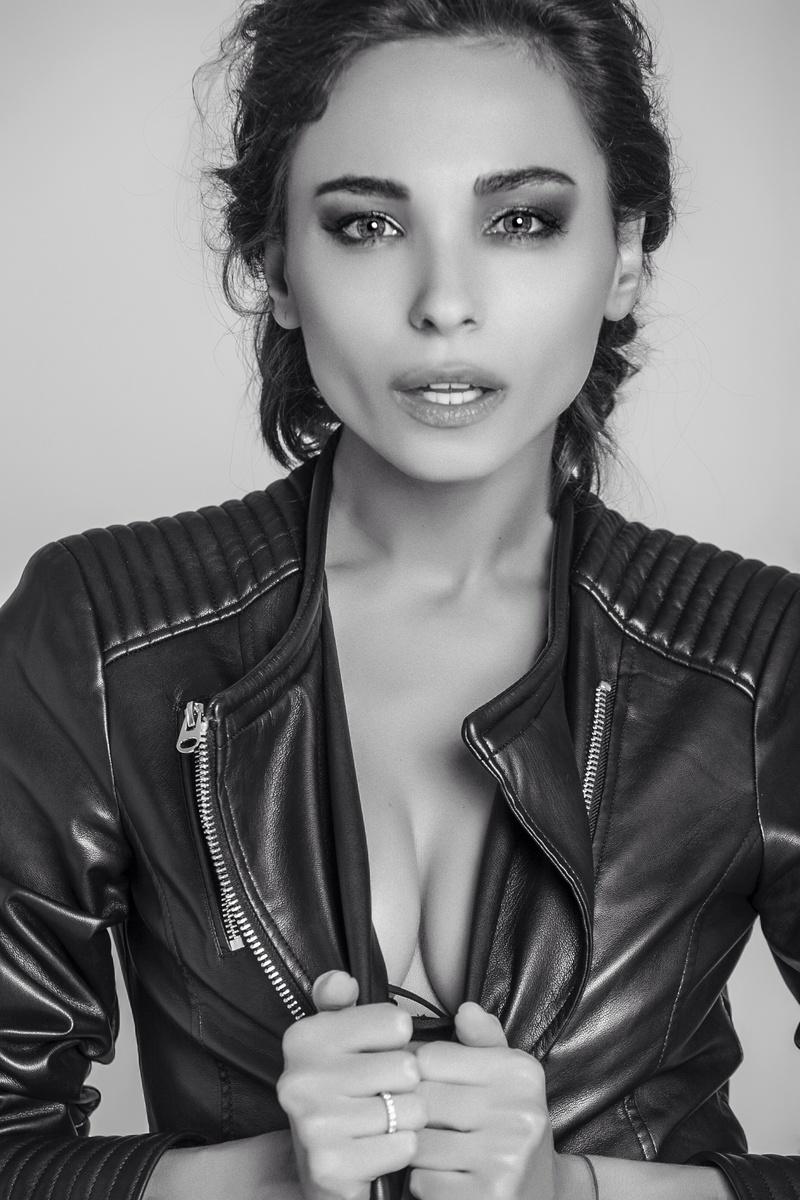 Female model photo shoot of Julia Luciv