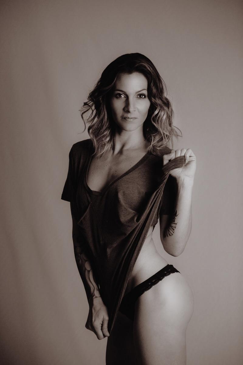 Female model photo shoot of Lora Mardecz