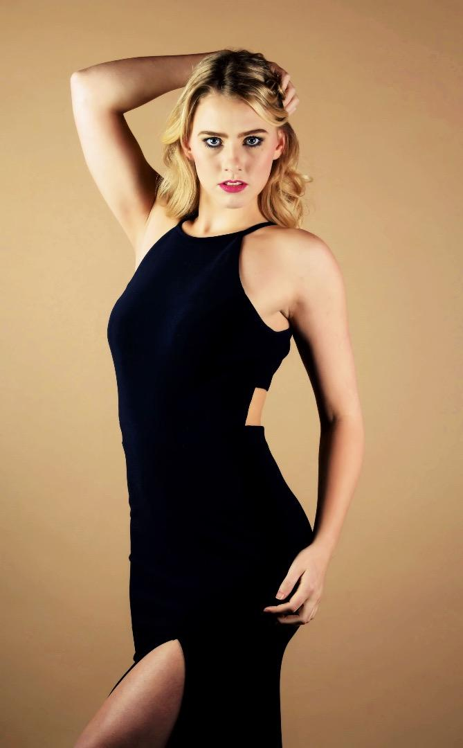 Female model photo shoot of robynmacdonald