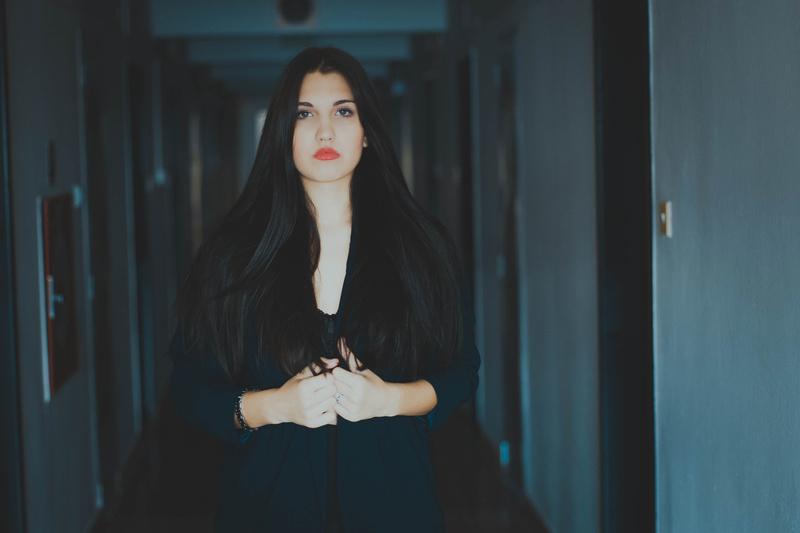 Female model photo shoot of Julia abs