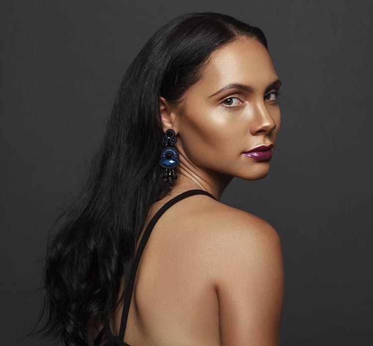 Female model photo shoot of Lianajaade