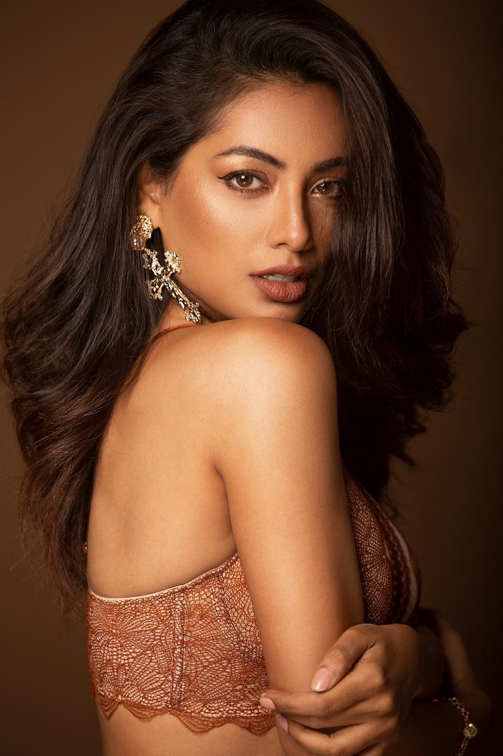 Female model photo shoot of Riya Ray