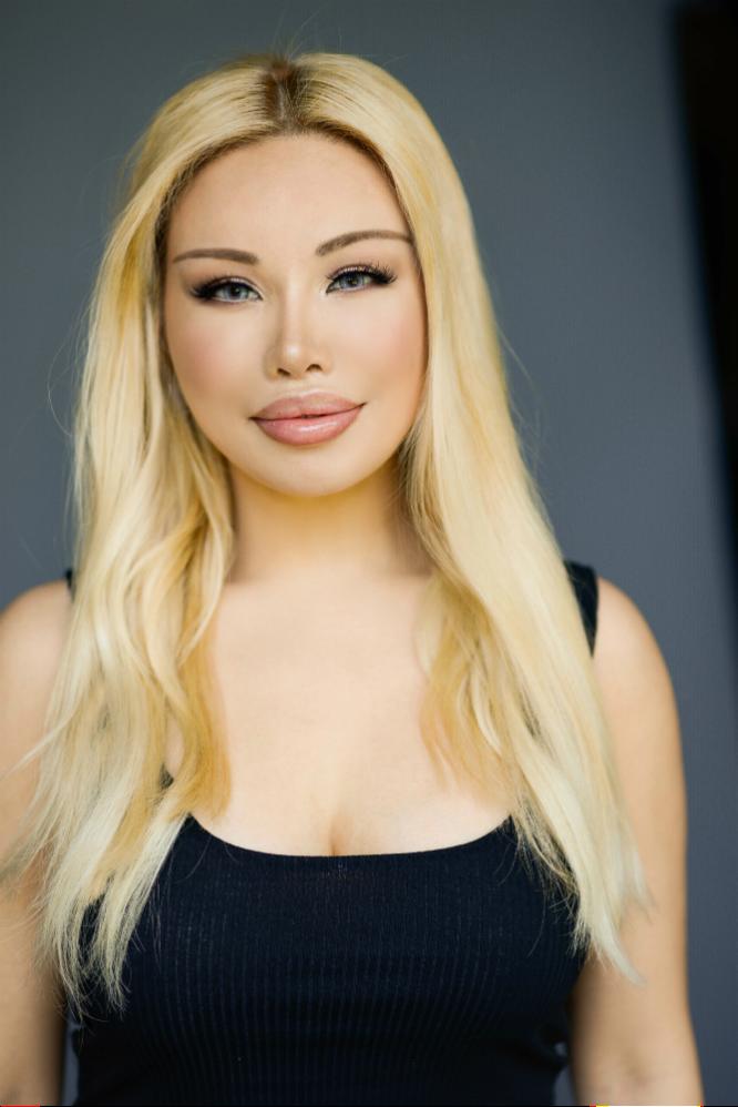 Female model photo shoot of Viktoria Foxx